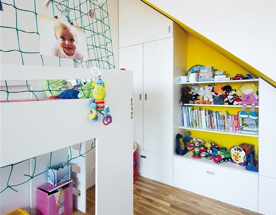 Vestavěné úložné prostory i v dětském pokoji podporují dojem volnosti prostoru.