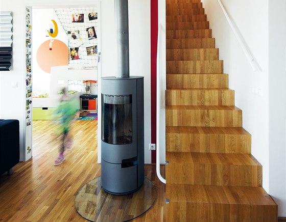 V krbu topí majitelé jen výjimečně, tepelnou pohodu v bytě zajišťuje elektrokotel.