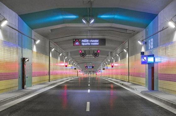 """Řada prvků má zajistit bezpečnost dopravy, právě  protipožární """"samozhášecí"""" kabely, které se prý dostaly v některých místech do kontaktu s vodou, jsou důvodem, proč se otevření tunelu opět ponunulo, a to na jaro 2015."""