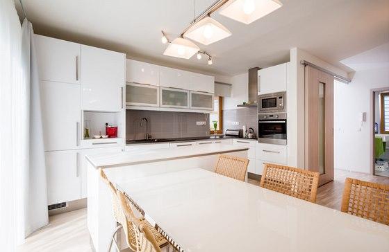 Díky dobrému uspořádání vypadá kuchyně z IKEA jako vyrobená na zakázku.