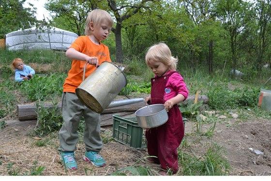 V Cestičce u Brna mají děti vedle jurty k dispozici zahradu, na které mohou zahradničit.