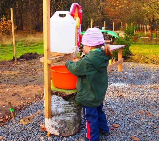 Barel na mytí rukou si v Samorostu postavili venku jednoduše na březový špalek. Funguje to, zákonu to však nevyhovuje.
