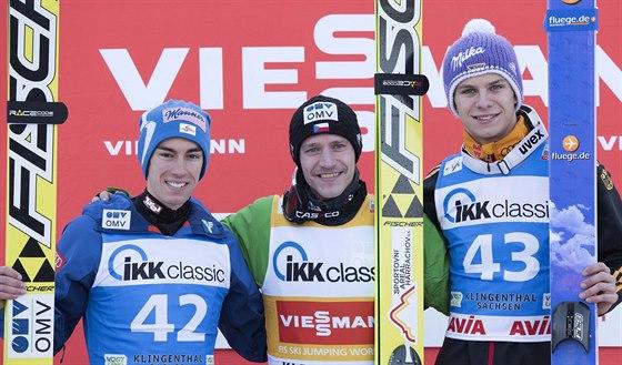Roman Koudelka (uprostřed) coby vítěz závodu Světového poháru v Klingenthalu. vlevo druhý Stefan Kraft, vpravo třetí Andreas Wellinger.