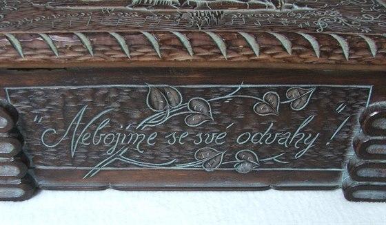 Detail z dřevěné skřínky, jež provázela reprezentanty na zlatém mistrovství Evropy 1946. Právě tento artefakt dal jméno kronice československého basketbalu.