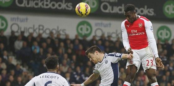 Danny Welbeck (vpravo) z Arsenalu se prosazuje hlavou proti West Bromwichi.