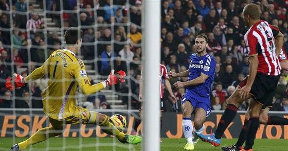 Brankář Sunderlandu Costel Pantilimon (vlevo) vychytal Branislava Ivanoviče (druhý zprava) z Chelsea.