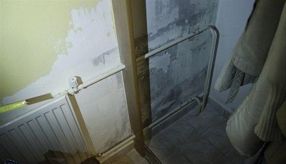Vlhkost v šatně dosahovala do poloviny zdi.
