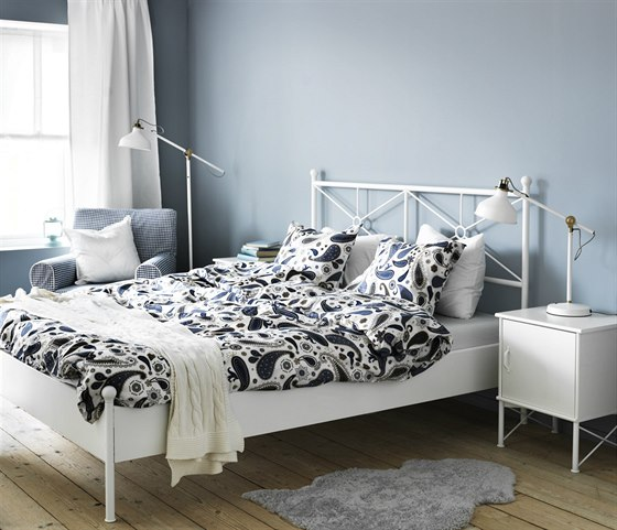 Zdravá ložnice - méně textilu, větrání matrace zespodu a polohovatelné lampy.