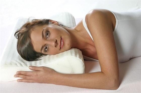Anatomický polštář nabízí vyšší komfort spaní.