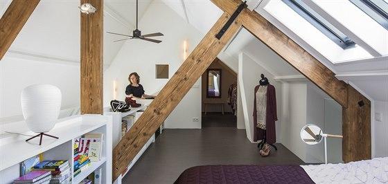 Majitelka si přála mít domov jako útulnou oázu, kde bude moci hostit přátele, ale i nerušeně odpočívat a kam se mimo jiné vejde i její početná sbírka módních bot. Na snímku je architektka Sigrid van Kleefová.