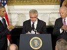 Rezignace americk�ho ministra obrany Chucka Hagela (uprost�ed). vlevo prezident Barack Obama, vpravo v�ceprezident Joe Biden. (24. listopadu 2014)