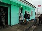 Proruští separatisté ve službách tzv. Luhanské lidové republiky kontrolují doklady místních (19. listopadu 2014)