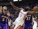 Maximální bojovnost předvádí James Harden z Houstonu. Pro míč si letí mezi dvojicí Carlos Boozer (vlevo) a Jordan Hill z LA Lakers.