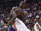 O míč zápasí Patrick Beverley z Houstonu (v bílém) a Ed Davis z LA Lakers.