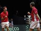Roger Federer (vlevo) a Stanislas Wawrinka vybojovali pro Švýcarsko důležitý bod ve čtyřhře.