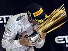 POLIBEK NA TROFEJ PRO VÍTĚZE. Lewis Hamilton je mistrem světa. Celou sezonu jezdil pro tenhle okamžik a teď si ho vychutnává.