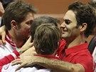 RADOSTNÉ OBJETÍ. Švýcarští tenisté si užívají pocity vítězů Davis Cupu. Vlevo je Stan Wawrinka, vpravo Roger Federer.
