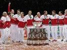 ÚSMĚV NA KAŽDÉ TVÁŘI. Členové švýcarského týmu radostně poskakují okolo Davisova poháru. Trofej teď patří jim.