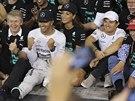 Mistr světa Lewis Hamilton, jeho přítelkyně Nicole Scherzingerová a členové týmu Mercedes oslavují vítězství britského jezdce. S úsměvem na tváři se baví i týmový kolega Nico Rosberg (druhý zprava).