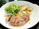 Kachní prsa s polníčkovým salátem a lyonskými bramborami