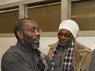 Rickymu Jacksonovi (vlevo) gratulují k propuštění z vězení, kde strávil 39 let za vraždu, kteoru nespáchal (21. listopadu 2014).