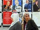 Ženy prochází kolem volebních plakátu, v neděli Tunisané volí prezidenta (21. listopadu 2014).