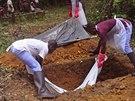 Poh�eb v Lib�rii, mrtv� nejp�e zem�el na ebolu (8. listopadu 2014).