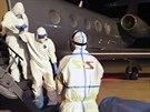 P�eprava kub�nsk�ho l�ka�e, kter� se nakazil ebolou v Sie�e Leone, do �enevy (20. listopadu 2014).