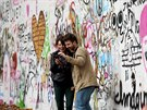 Lennonova zeď se dva dny po přemalování bílou barvou znovu z velké části zaplnila nápisy a vzkazy (19.11.2014)