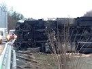 Při nehodě na 9. kilometru D11 se převrátil kamion. Ve směru na Hradec Králové dálnici zcela zablokoval, omezil však dopravu i v opačném směru (21.11.2014)