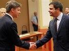 Zastupitel Karel B�ezina (vpravo) skl�d� slib do rukou odstupuj�c�ho prim�tora Tom�e Hude�ka (26.11.2014)