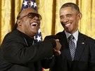 Zpěvák Stevie Wonder děkuje Baracku Obamovi za Medaili svobody.