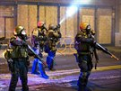 Příslušníci Národní gardy při protestech ve Fergusonu v noci na 26. listopadu.