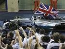 PODRUHÉ MISTR SVĚTA. Lewis Hamilton po vítězné kole v Abú Zabí.