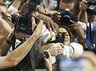 ŠTĚSTÍ S PŘÍTELKYNÍ. Lewis Hamilton příjímal v cíli gratulace také od své dlouholeté přítelkyně, zpěvačky Nicole Scherzinger.