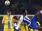 AU, TO BOLÍ! Casemiro (vpravo), fotbalista portugalského Porta, bojuje o míč s Vitalim Rodionovem (uprostřed) z BATE Borisov během zápasu Ligy mistrů.