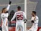 POŘÁD MI TO STŘÍLÍ. Útočník AS Řím Francesco Totti (třetí zprava) oslavuje svůj gól z přímého kopu do sítě CSKA Moskva.