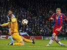 DÁM GÓL? Sebastian Rode (druhý zprava), fotbalista Bayernu Mnichov, se snaží překonat brankáře Manchesteru City Joe Harta.