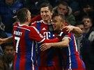 OSLAVA GÓLU. Robert Lewandowski (druhý zprava) se raduje se spoluhráči ze svého gólu, který dal v zápase Ligy mistrů Manchesteru City.