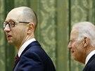 Viceprezident USA Joe Biden se v p�tek setkal i s ukrajinsk�m premi�re Arsenijem Jace�ukem (21. listopadu)