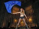 Proti vystoupen� pape�e Franti�ka ve �trasburku u� v pond�l� protestovala jedna ze �lenek hnut� Femen (24. listopadu)