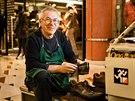 Přes zimu čeká Michal Grivalský na klienty v pasáži Myslbek.
