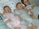 Synové paní Aleny se svojí starší sestřičkou, která matce velmi pomáhá s péčí.