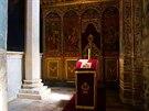 Stěny a oltáře jsou bohatě zdobené freskami.