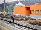 Prosklená hala ústeckého nádraží vlevo je přístupná podchodem. Zatím je stanice ve zkušebním provozu a úplné pohodlí pro cestující ani železničáře ještě nenabízí.