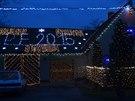 Pohádkově osvětlený dům v Chotovicích se každoročně při adventu stává cílem tisíců návštěvníků zblízka i zdaleka.