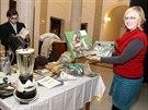 Lenka Rychtářová ze Slezského zemského muzea v Opavě ukazuje, co vše přinesli lidé na výstavu Neklidné století. Vzadu náměstek muzea Jiří Šíl. (22. listopadu 2014)
