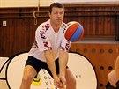 A plážové volejbalistky na oplátku učily Aleše Deptu hrát volejbal. (25. listopadu 2014)