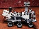Návštěvníci si mohou vyzkoušet řízení vozítka pojíždějícího po Marsu. Nechybí ani nutné zpoždění reakcí na povely. (26. listopadu 2014)