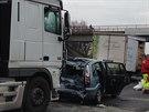 Nehoda dvou kamionů a tří osobních aut na druhém kilometru dálnice D11. Vozidla se střetla při popojíždění v koloně zapříčiněné jinou nehodou (21. listopadu 2014).
